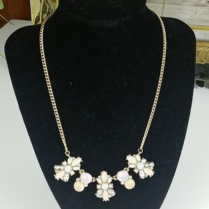 Fashion jewelry, creme pearl stones with chain
